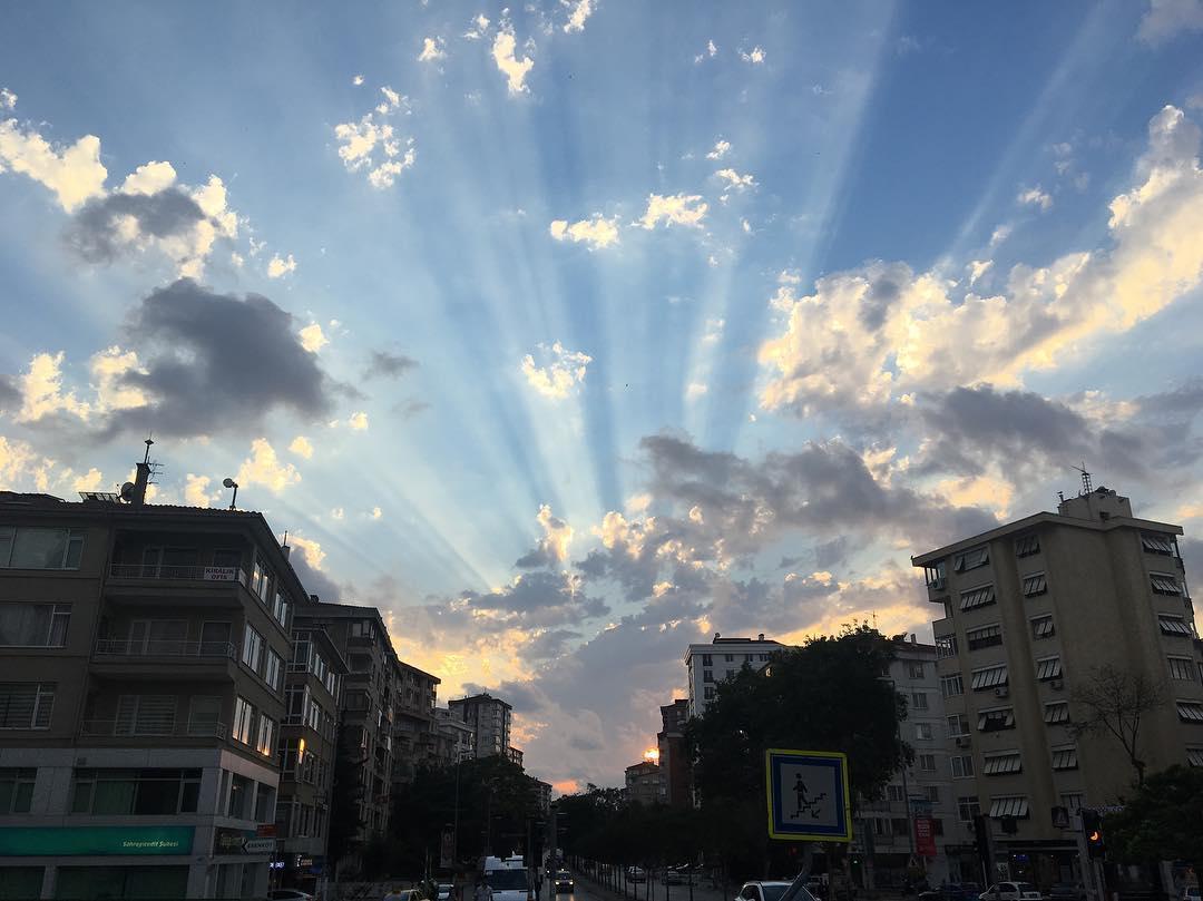 Gökyüzü ve Binalar Manzarası