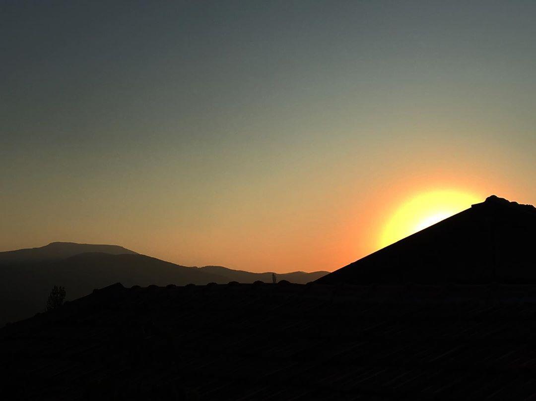 Tepe ve Güneş Işığı Manzarası